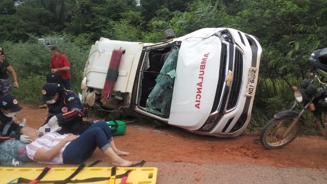 Ambulância capota após pneu estourar e deixa 3 pacientes feridos na RO-205 em Cujubim, RO