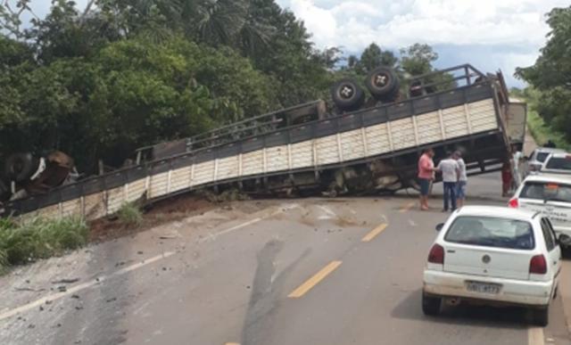 Dois caminhões se envolvem em acidente na BR-364 e tira a vida de rolimourense