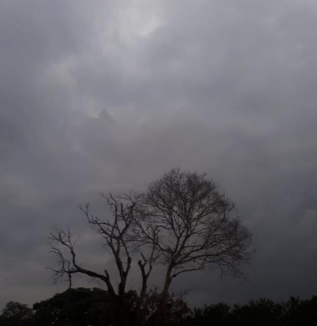 Semana começa com céu nublado e risco de temporais em RO