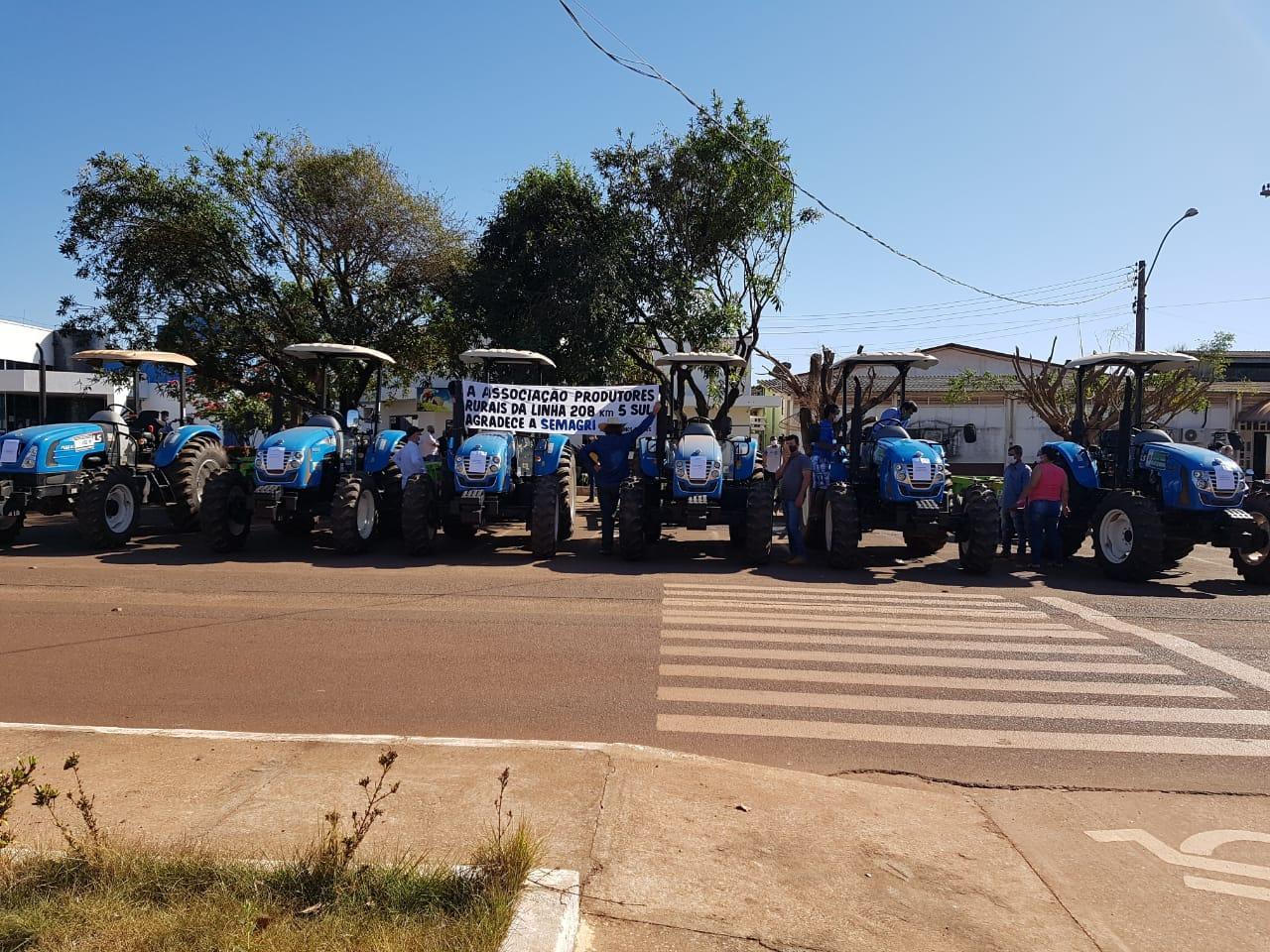 Prefeitura de Rolim de Moura já entregou 12 tratores para as associações rurais
