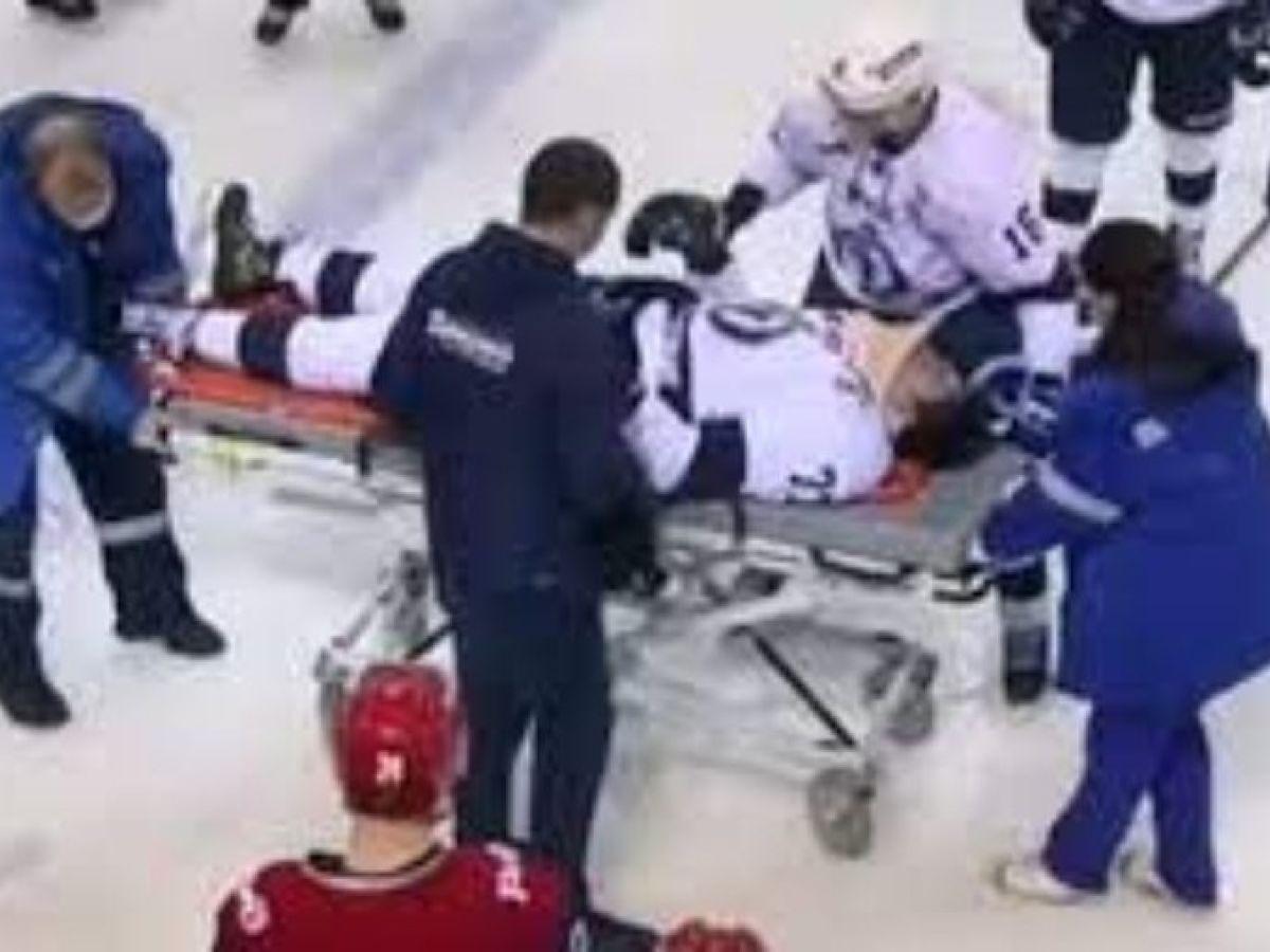Jogador hóquei no gelo é atingido por disco e morre