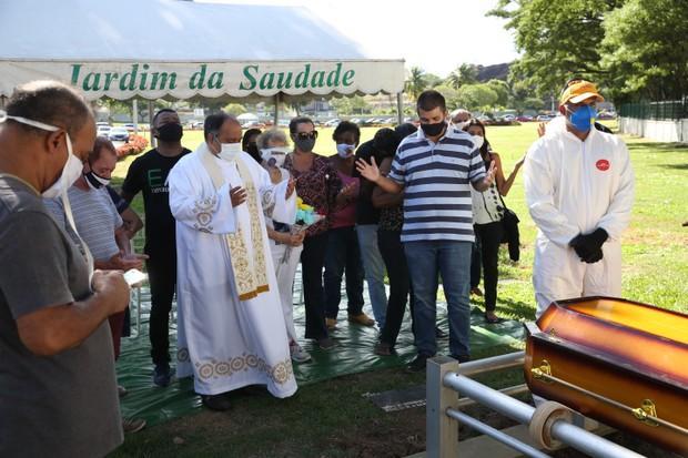 Corpo do cantor Agnaldo Timóteo, vítima de Covid-19 é enterrado no Rio