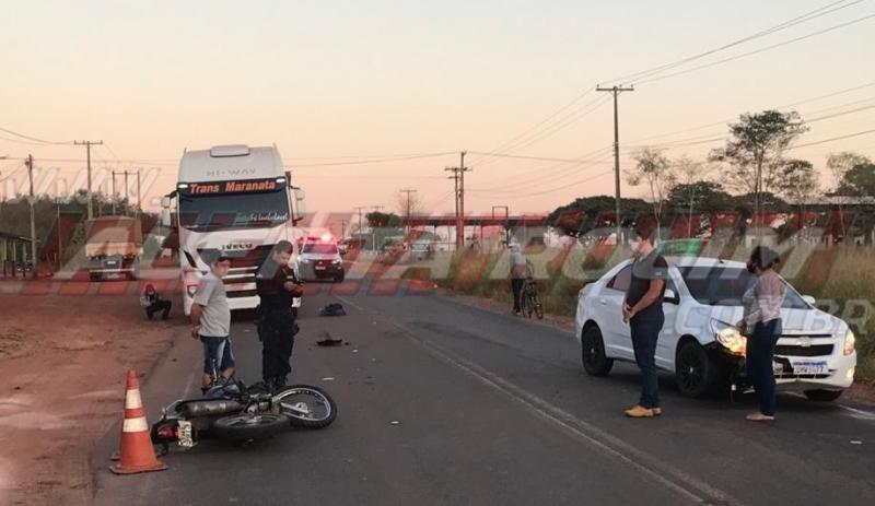 Motociclista é arremessado para baixo de carreta após ser atingido por carro