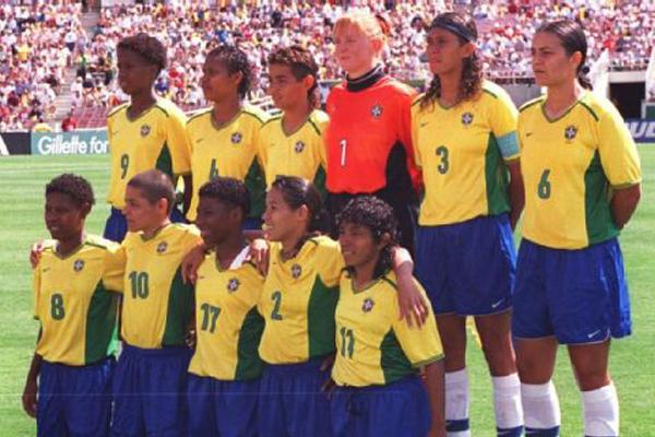 Ex-craque da seleção feminina de futebol do Brasil hoje é operadora de máquinas